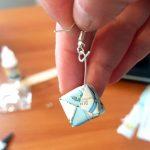 Les boucles d'oreilles en cube origami